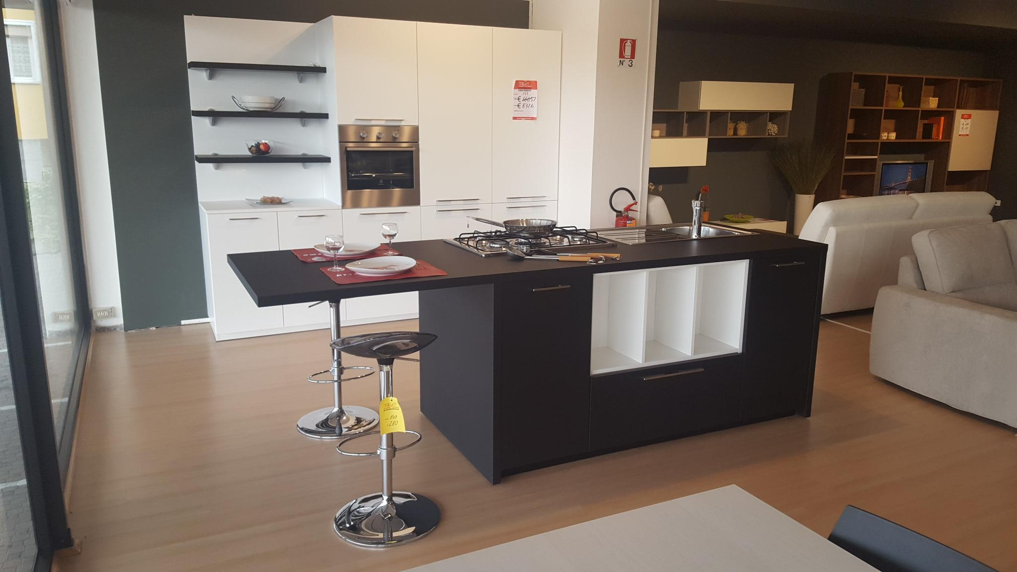 Cucina bianca e nera outlet mobili e arredamento a for Bml arredamenti